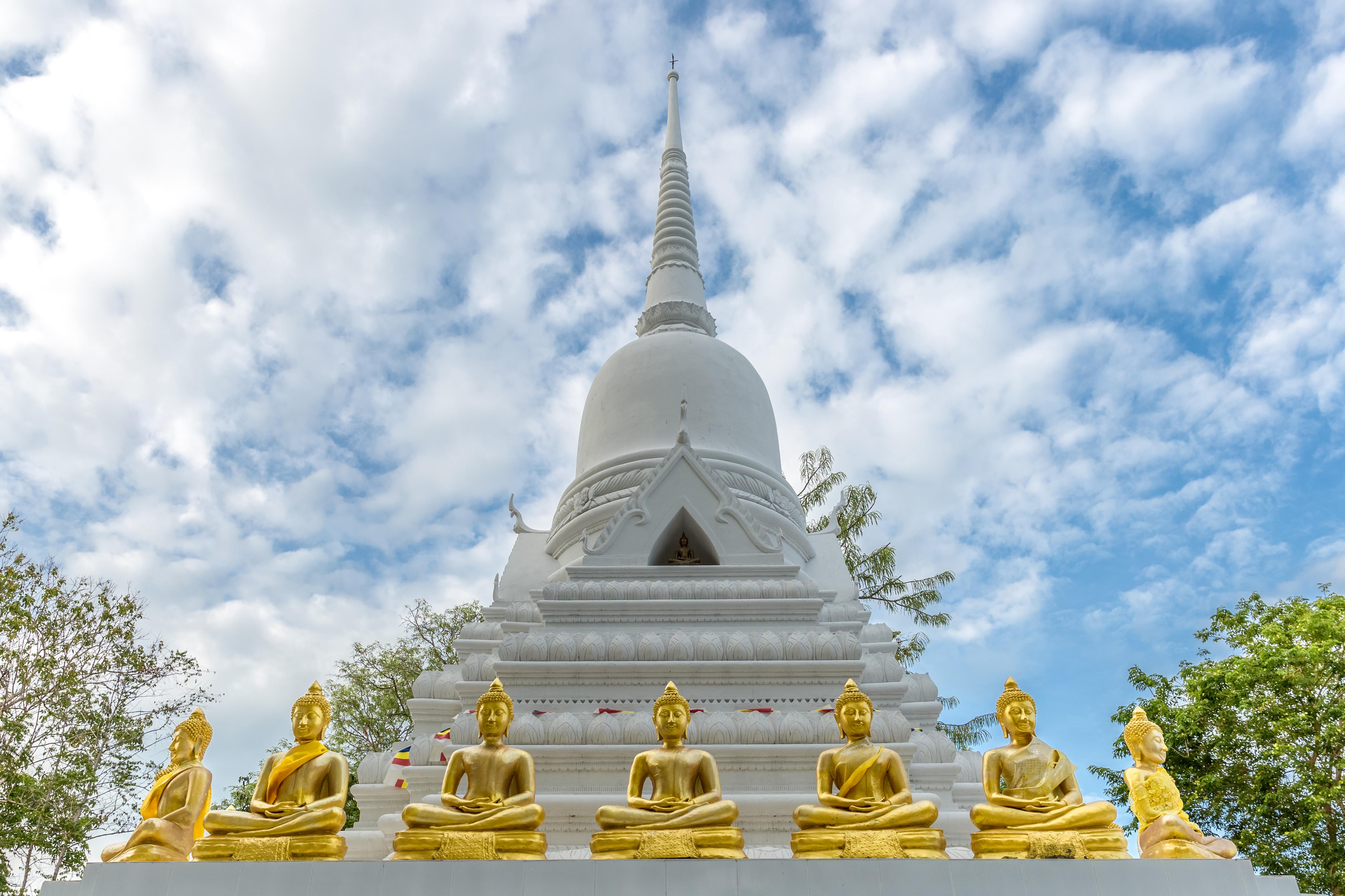 Белая пагода в окружении золотых Будд на острове Самуи