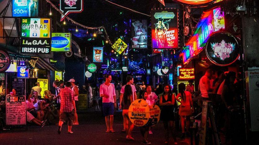 Улица рядом с ночным клубом Green Mango